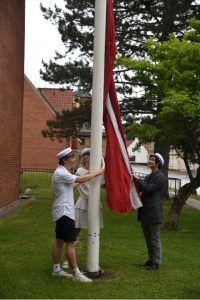 Studenter hejser flag