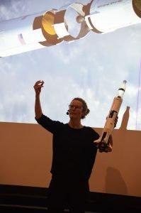 Christina Toldbo viser rumraket